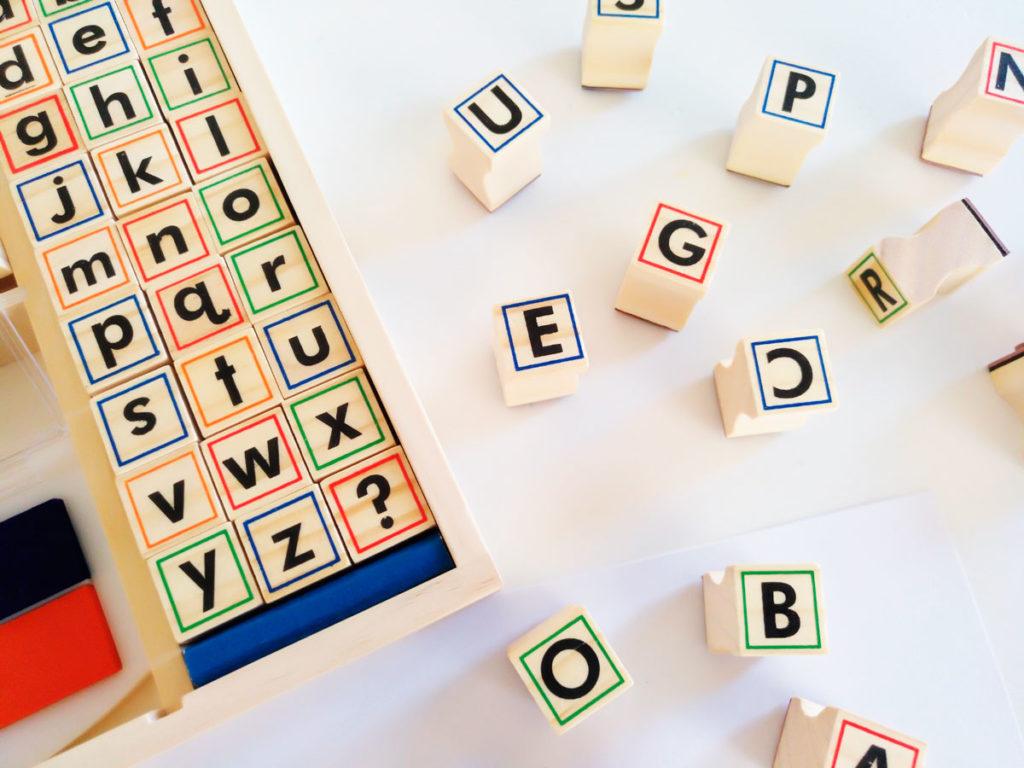 Imprenta de madera para niños. Sellos con letras para jugar y aprender lectoescritura,
